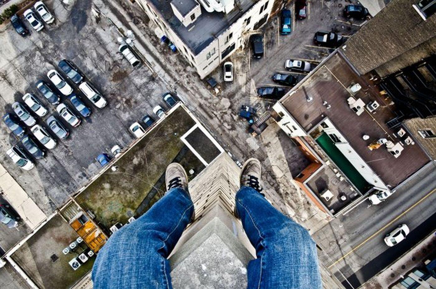 Сидит сверху на нем 33 фотография